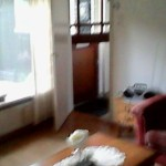 woonkamer met voordeur van binnan